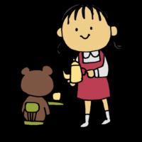 手書き風,人物,女の子,おままごと,ワンピース,幼女,幼稚園児,園児,子供,クマのぬいぐるみ,クマ,ぬいぐるみ,おもちゃ,玩具,飲み物,遊び,お家,室内